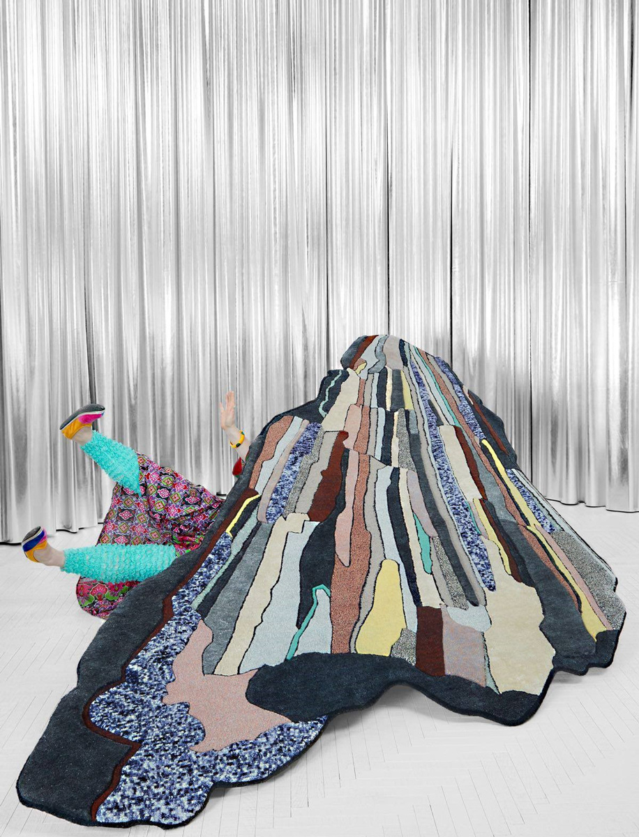 La designer inglese Bethan Laura Wood disegna per CC-tapis la collezione Super-Fake completamente customizzabile nei colori.