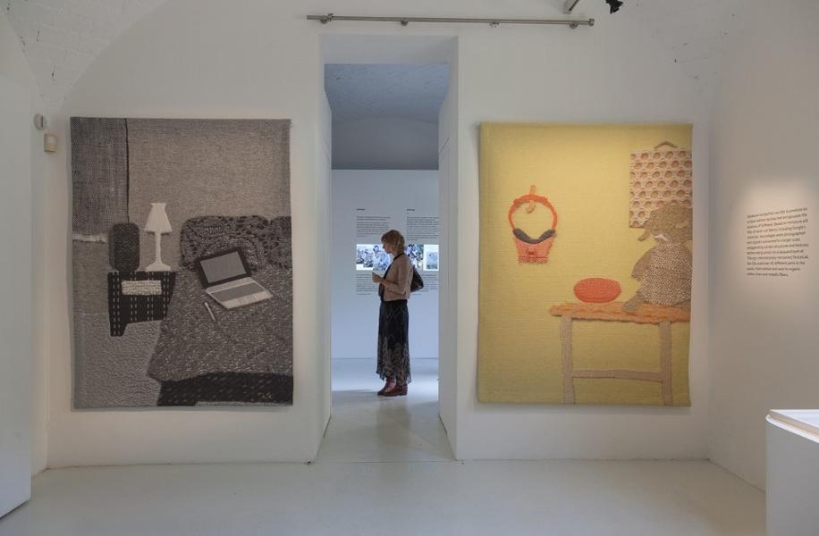 La mostra di Google Softwear da Rossana Orlandi, curata dal trend forecasting Li Edelkoort e in collaborazione con la designer danese Kiki van Eijk, affronta il tema della percezione sensoriale e dell'integrazione armoniosa della tecnologia nella nostra vita quotidiana.