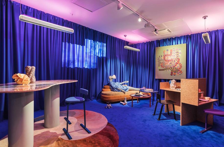 Blu anche per l'installazione Life in Vogue di Vogue Italia, di Patricia Urquiola