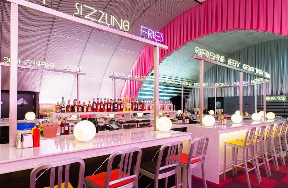 The Diner, installazione della rivista di design americana Surface, progettata da David Rockwell e 2x4.