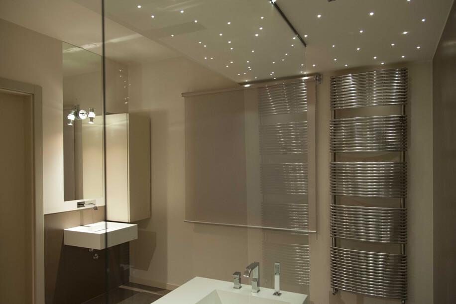 Bagno progettato come ambiente minimalista ed elegante