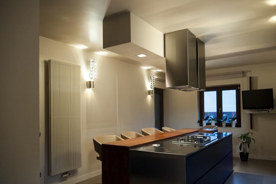 Combinazione e contrasto di materiali in una villa unifamiliare