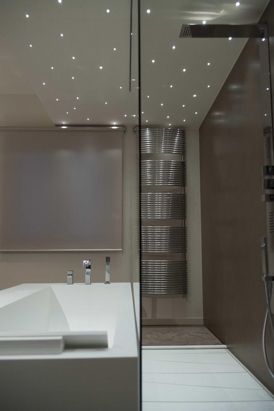 Effetto strappo delle superfici in bagni minimalisti