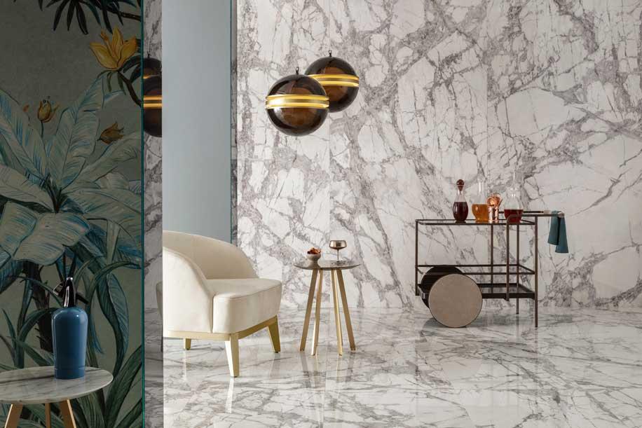 Delight reinterpreta il marmo. Completano la collezione decori geometrici, arricchiti di elementi metallici o di trattamenti di superficie